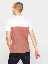 T-shirt poche poitrine basique.