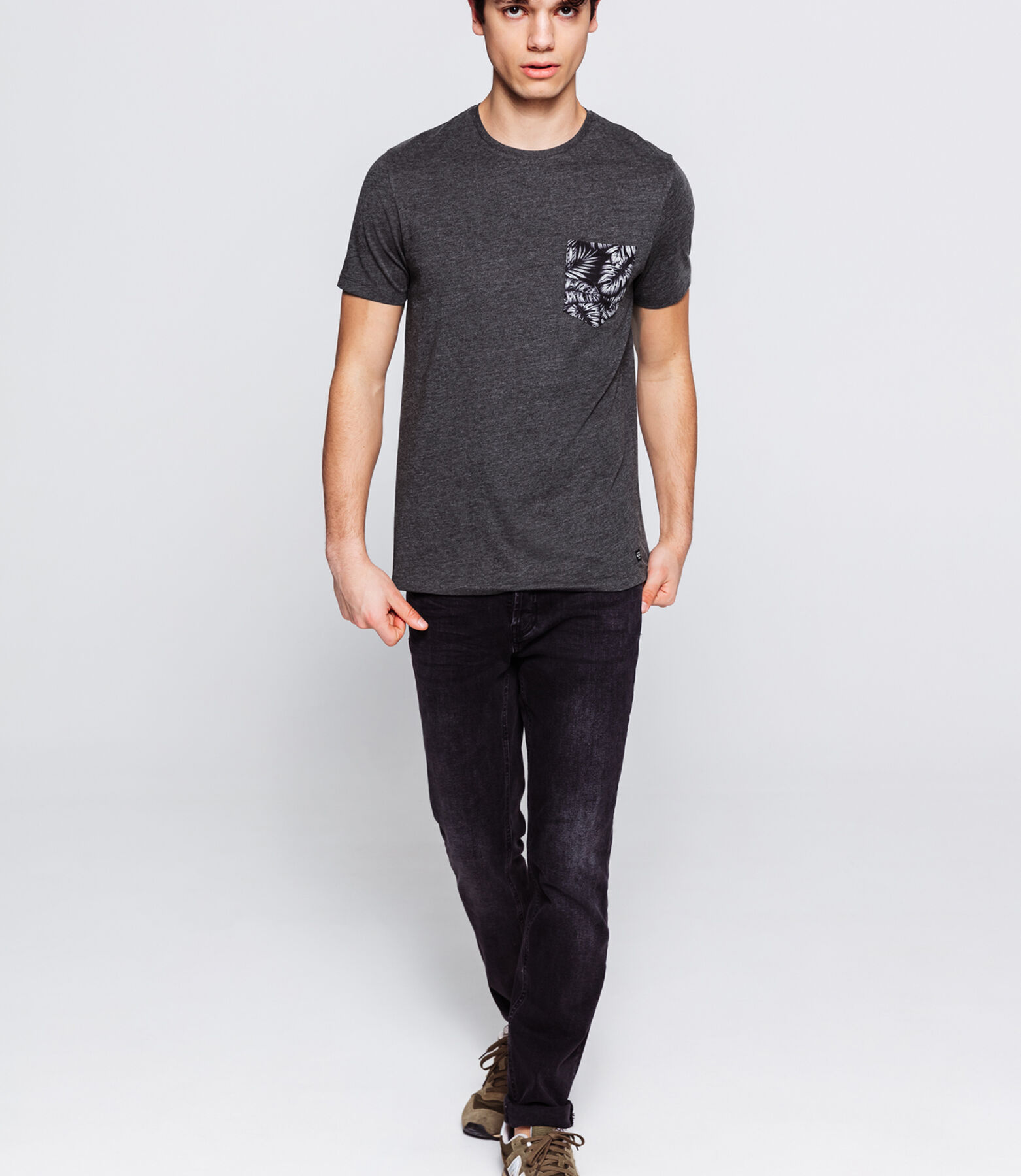 T-shirt avec poche imprimée feuillage
